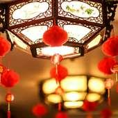 店内には赤がアクセントのインテリアが飾られ、オシャレな雰囲気