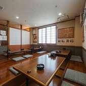 昭和の居酒屋のような雰囲気の中で楽しむ。仲間との特別な時間