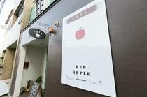 看板にあるリンゴが目印。入口のメニューボードも毎日チェック