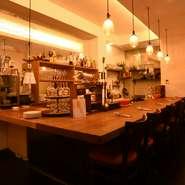 キッチンに立つ、オーナーシェフの前田さんとの会話を楽しめるカウンターは6人までの「特等席」。料理やワインのことだけでなく、京都の楽しみ方も教えてくれます。人の温かさを感じられるとっておきの空間です。