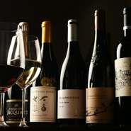 シェフが実際に飲んで「みんなに飲んでほしい」と思った厳選ワインがズラリ。セラーで大切に保管しています。中でも『今週の原価ワイン』は「本当にこの価格?」と嬉しくなる、上質なものをカラフでもいただけます。