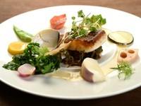 写真は一例です。四季折々の旬の食材は、アラカルトまたはコース料理で味わえます。詳しくは、店内のメニュー表または予約時にお気軽にお尋ねください。