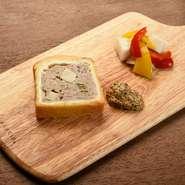 「パイ生地を美味しく食べてほしい」というシェフがつくった一品です。フランス流のパリッとした香ばしさと、日本流のふんわり食感をMIX。ごろっとしたフォアグラが入った自家製パテと一緒にいただきます。