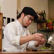 フランス料理の伝統的な手法を大切に、素材に真摯に向き合い、特徴を活かした調理を心がけています。アクセントとなる遊び心は接客やサービスで。派手な盛り付けやこねくりまわした調理はしないようにしています。