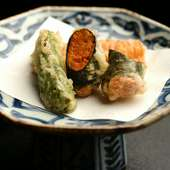 とうもろこしの天ぷら、えんどう豆のコロッケ、ウニの海苔巻きなどの名物が味わえる『圓堂名代揚3種』