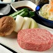 とろけるような柔らかい食感で、肉の旨みを豪快に楽しめる『飛騨牛網焼きステーキ』