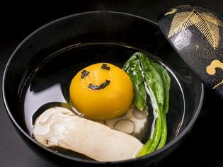 渾身の一番出汁の旨みの中に、季節食材の風味が際立つ『お椀物』