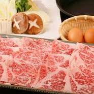 北海道産の黒毛和牛を堪能する、リッチなすきやき。美しいサシの入ったA5ランクの肉は、まさにとろける極上の美味しさです。女将が1枚目を焼いて、玉子に付けて提供してくれるサービスも心地良い、人気コースです。