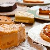 10種ほどのケーキが並ぶデザートワゴン