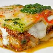 黒毛和牛ステーキに使う部位をミンチ イタリア水牛のモッツアレラとラザーニャに挟み込みました