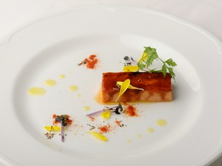 野菜で仕立てた『トマトのカタラーナ』は、驚きを呼ぶ斬新な一品