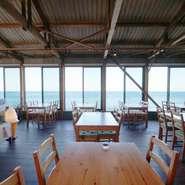 瀬戸内海を目の前に臨む開放的な店内は非日常のゆったりとした時間が流れる空間。隠れ家的なお店で会話も弾むこと間違いなし!ランチは絶景の青い海、ディナーは夕日百選に選ばれる美しい夕陽をご覧いただけます。