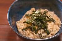 自家製ダレと韓国のりを絡めた混ぜご飯。香ばしさがクセになる!