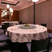 個室で円卓を囲んで過ごす、優雅な食のひととき