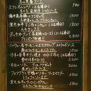 店内黒板メニューには、シェフおすすめのお料理以外にも、季節ごとの食材を使ったお料理(新作チャレンジ価格)を掲載!!