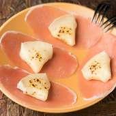独自の焼き加減でとろとろ食感を生み出す『生ハムチーズ』