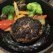 秋田のスイスと言われた東成瀬村の広大な草原で育てられた脂肪分の少ないヘルシーな短角牛100%のハンバーグ。ジューシーかつ赤身の旨味が詰まっています。