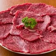 米沢牛の腕の部分にあたる肉で、赤身・トウガラシなどと言われる部位です。さっぱりしていて柔らかく、美味しいのが特徴。サッと片面15秒ずつ焼いたら食べ頃です。 ※写真は2人前
