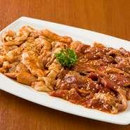 米沢食肉公社から直送で届く新鮮なホルモンを使用。写真左が店で手間暇かけて仕込んだホルモン(ガツ、小腸、大腸のミックス)、右が赤肉(豚肉の横隔膜)です。味がくどくないので、何人前でも食べてしまいそう。