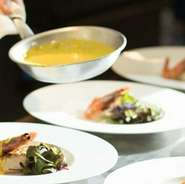 大きな窓から緑が広がる開放的な空間を楽しめます。普段のデートから特別な記念日まで、二人のシーンにふさわしいレストラン。上質な窯焼きの本格イタリア料理を召し上がりながら、素敵な時間をお過ごしください。
