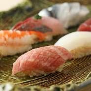 店主は毎朝、築地市場に出向き、その日の鮮魚を厳選します。旬や走りを好む江戸っ子気質は、現代の東京人にも受け継がれているもの。訪れる人を喜ばせ、四季折々の素材に舌鼓を打たせる腕が【鮨 青海】の命です。