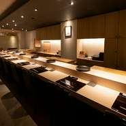 開放的な明るい空間が印象的なカウンター席