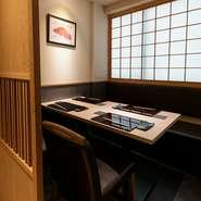 【鮨 青海】では、カウンター席はもちろん完全個室も複数ご用意しており、日本酒やワイン、焼酎も幅広く取り揃えております。お好みのスタイルで、時間を忘れて旬の味覚をご堪能ください。