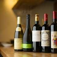 店主が試飲して美味しいと感じたワインだけを厳選してラインナップ。料理にそっと寄り添い、その味わいを引き立てる逸品が揃います。手の届きやすい価格も魅力で、日替わりのグラスワインも用意されています。