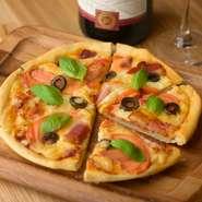 自家製の生地と自家製トマトソースを使ったオリジナルピザ。クリスピータイプの生地はパリッと軽やかな食感で、おつまみにぴったり。お好みのワインと一緒に焼きたてを召し上がれ。