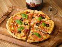 ワインが進む! 自家製の生地とソースで仕上げた『ミックスピザ』