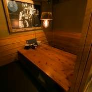 さまざまなスタイルの個室があります。一階にはテーブル席の個室をご用意。二階の和室は、少人数であれば半個室として利用できますし、人数が多くなればそれに合わせて部屋の広さを変えてもらえます。