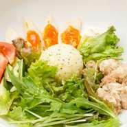 器の中には、野菜と共に自家製ツナと煮玉子とマッシュポテト。テーブルに運んだスタッフが、その場で一気に混ぜ合わせて完成へ。葉野菜のシャキッとした歯触りが残ります。
