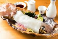イカを活きたまま瞬間冷凍し、徳島は魚吟酒場にやってきました。イカが持つ肉質、甘みは他の追随を許しません。 ※予約必須。イカの種類は仕入れ状況により異なります。