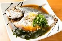 漁港や市場から取り寄せた旬の魚を鶏ガラと魚介の合わせ出汁で煮付けました。別紙おすすめメニューを参考にご注文ください。