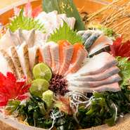 紀伊水道の魚介類を中心に、桶いっぱいに盛り付けています。その日に届く新鮮なネタを使うため、内容は日々変更。彩りの華やかさと美味しさ、両方を兼ね備えた一品。 ※ご注文は2人前から承ります。