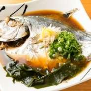 魚介類は、市場だけではなく船から直接買い付けたりもしています。鮮度を大切にし、煮付けにする魚ももちろんお刺身で食べることができます。魚介出汁に鶏ガラ出汁を加えて煮付けるため、味に奥深さが生まれます。