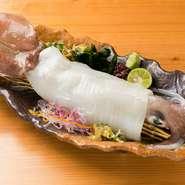 均等に切られた身を箸ですくうように取り、口の中へ。イカの甘みが一気に広がり、コリッとした弾力、ツルッとした滑らかさを楽しめます。醤油は、呼子のイカ専用につくられた、自家製の合わせ醤油でどうぞ。