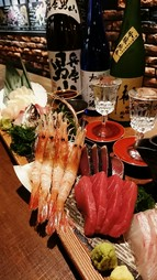 お手頃な値段で本格和食料理を楽しむことができます。鮪のレアステーキや刺身4点盛りなど合計9品提供します