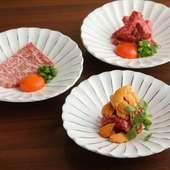 程よいサシと柔らかい肉質の和牛が、タレと卵によく絡み濃厚な味わいに。甲の看板商品『近江牛ユッケ』