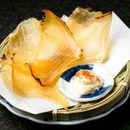季節の野菜と桜山豚のバラ肉をざるで蒸しあげました。梅ポン酢とかえしの二種類のタレでどうぞ。