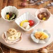 豆腐にじゃことネギ、薬味を乗せ熱々のごま油をかけました。