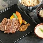国産ゆずのキーマカレーと野菜のアチャール、 麦味噌汁