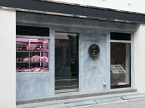 スタイリッシュな外観の、ミナミの中心部に構える焼肉店
