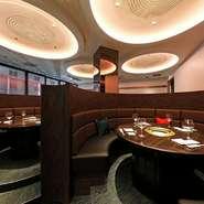 【炭火焼肉 KOMA GINZA】の店内は、今をときめく環境デザイナー、平澤太氏のデザインによるもの。伝統の韓国格子を採り入れながらも現代的な空間に仕上がった、落ち着いた雰囲気の個室や円卓席を選べます。