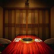 シックな設えの円卓席や個室は、最高級素材の焼肉を味わうためにつくられた空間。ゆったりとプライベートな時間が過ごせそうです。細やかなサービスも受けられるから、気を配りたい接待や会食にも。