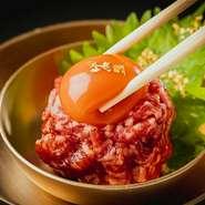 お皿の上でも動いているほど新鮮な活蛸と、黒毛和牛サーロインのユッケがのった贅沢な一皿。埼玉県日高市の「たかはしたまご」から仕入れたぷりぷり濃厚卵をからめていただきます。