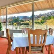 ゴルフコースでもあるため、綺麗に整えられた錦山の景観。お食事の際には最高のロケーションとして人気のため、窓際の席をご希望の際にはご予約頂くと無難です。 ぜひお気軽にお問合せ下さい。