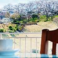 ランチからディナーまで、大切な人とのお食事でも楽しめる錦山CCレストラン。 店内からの景色はもちろん、行きの道中で壮大な茶畑を、帰りの道中で池の景観を楽しめるのもポイントです♪