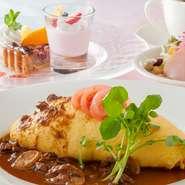 錦山CCレストランではオムライスや定食など、ファミリーレストラン同様のメニューを熟練のシェフが本格的にご提供。 美しい山の景色と共に、美味がご家族の思い出に華を添えます。