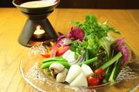 地元富山の自家栽培と石川の能登野菜をふんだんに盛り込んだ、自家製ソースと絡め堪能できる一品です。コク深い濃厚なソースが野菜の味を引き立てます。ヘルシーで彩りよい人気メニューです。